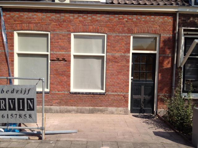 Gevelrestauratie in Rijnsburg - Stofarm uithakken, gevelreinigen en snijvoeg met kalkmortel